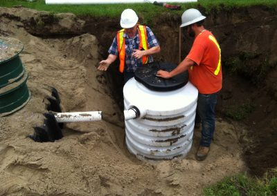 Septic tank with plastic pumping chamber